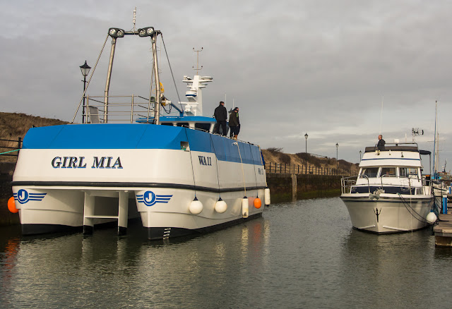 Photo of Chatting with the neighbours - Girl Mia moored up alongside Ravensdale