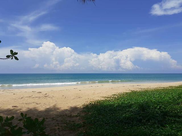 เป็นชายหาดที่เงียบสงบ มีนักท่องเที่ยวไม่มากนัก มีหาดทรายกว้างขาวสะอาดที่สะอาด หาดทรายไม่ลาดชันนัก