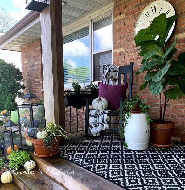 Creating a gorgeous Fall porch that's inspiring, classic and easy to do.