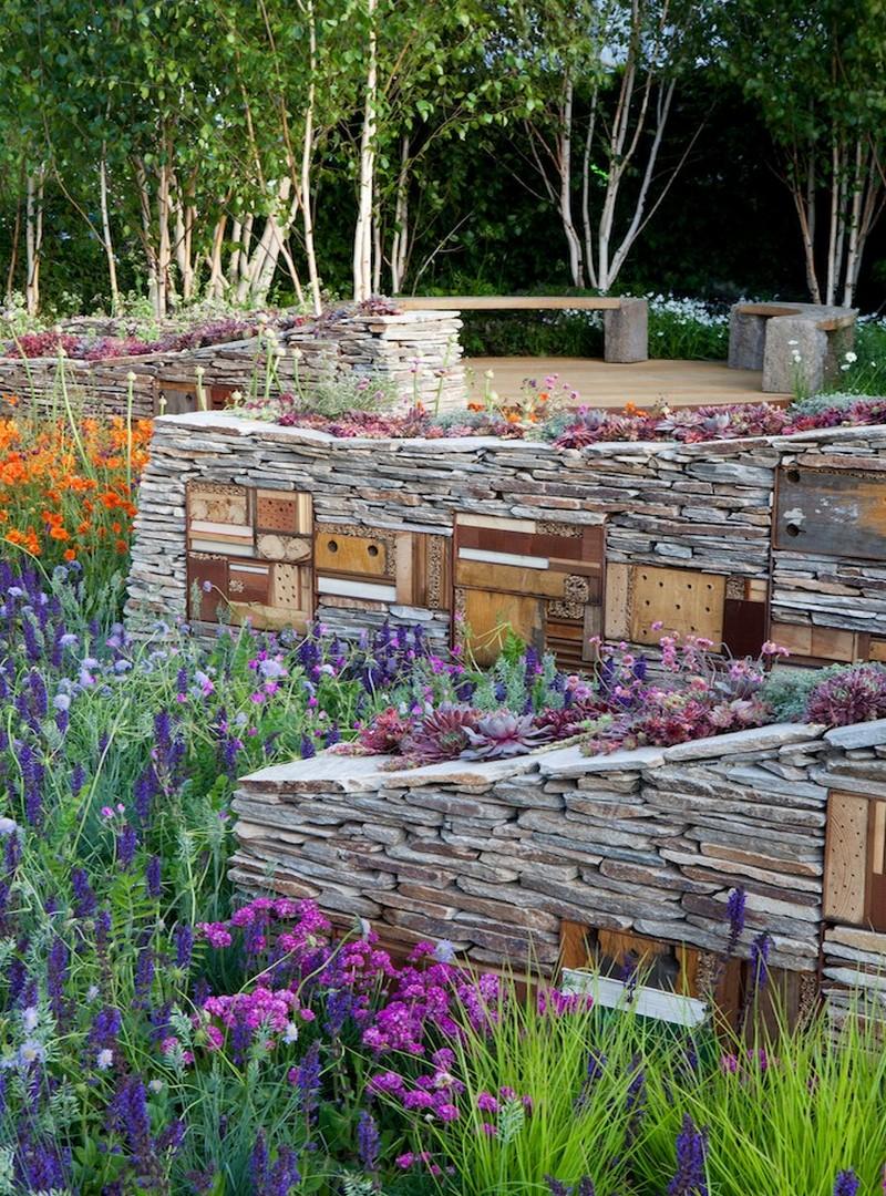 muro de piedra seca con plantas suculentas y hotel para insectos