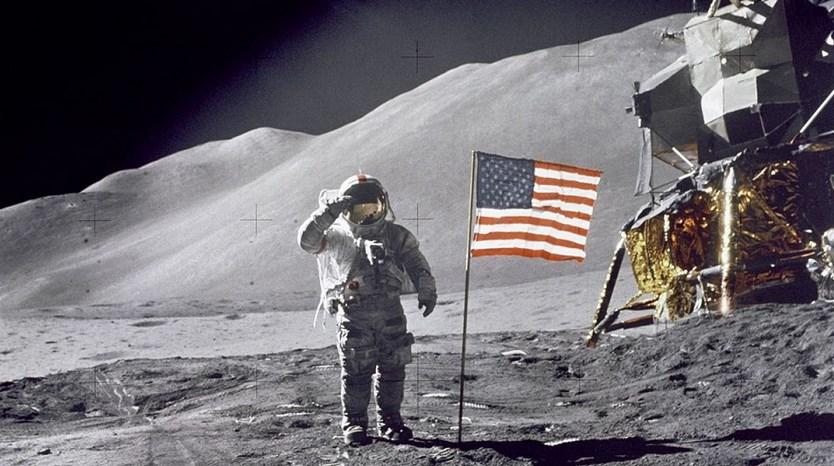 BEndera amerika serikat di bulan
