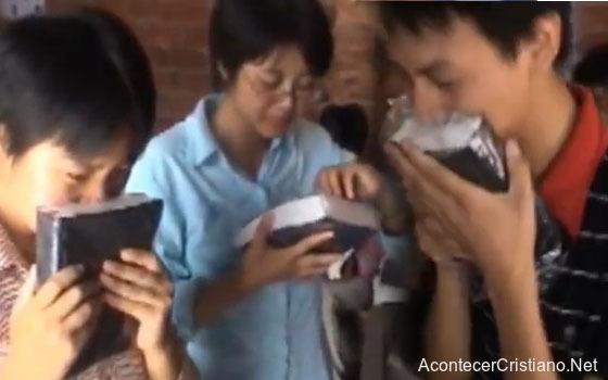 Cristianos chinos reciben Biblias por primera vez