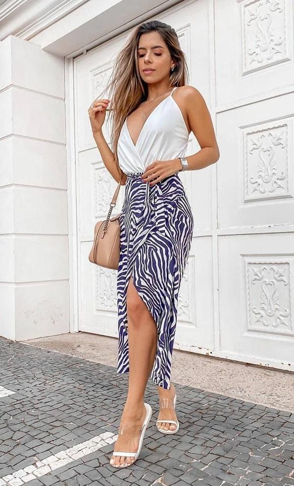 body branco e saia azul com estampa de zebra