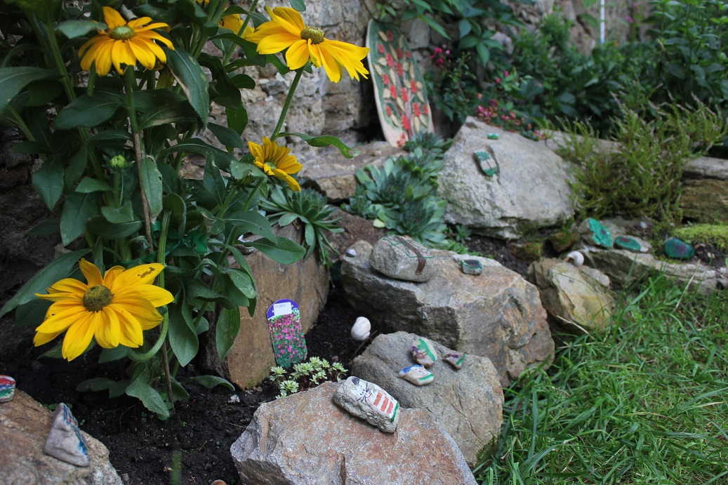 zahrada ozdobená pomalovanými kamínky