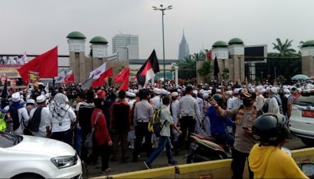 Desakan Sidang Istimewa untuk Lengserkan Jokowi Menggema di Depan Gedung DPR RI