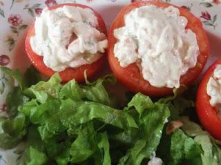 preparación de los tomates rellenos de marisco