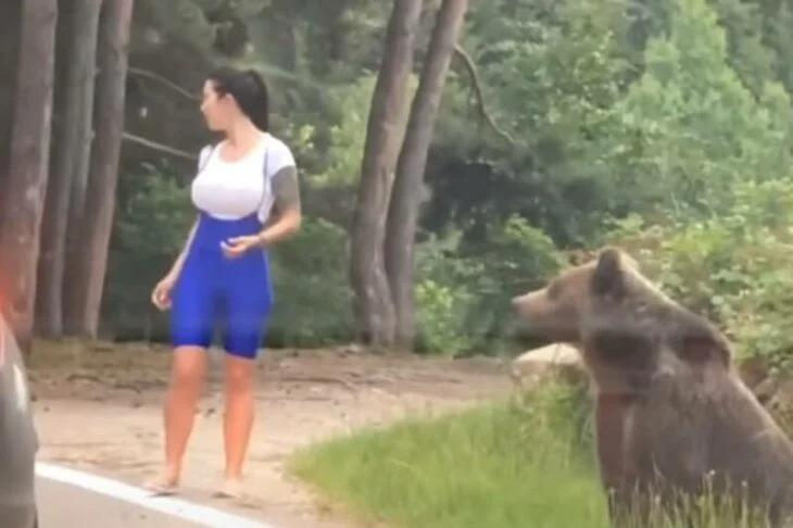 Mujer intenta tomarse una foto con un oso hasta que se da cuenta de que era una mala idea