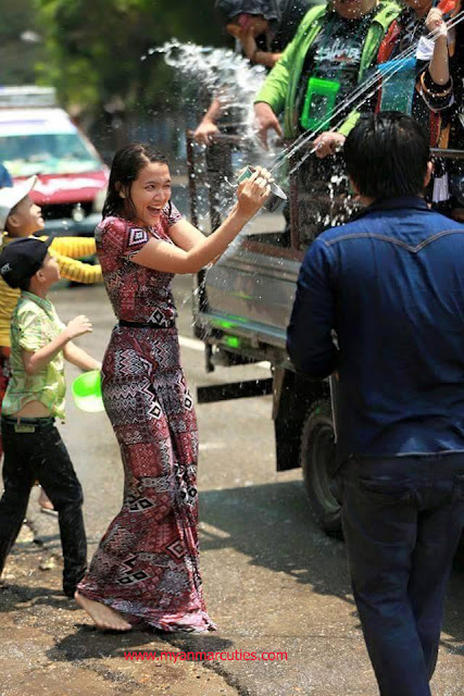 Aye Myat Thu Is Playing Water With Traditional Dress In Water Festival 2016