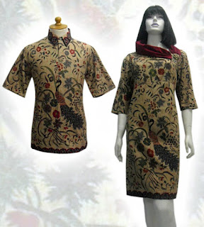 Wanita Yang Sedang Mencari Baju Batik Untuk Bekerja Sangat Cocok Untuk