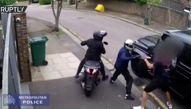 فيديو جديد لجريمة الإعتداء على أوزيل نجم أرسنال