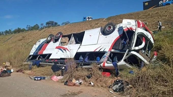 Ônibus que saiu do Ceará com destino à São Paulo cai de ribanceira de 20 metros e mata 3 pessoas