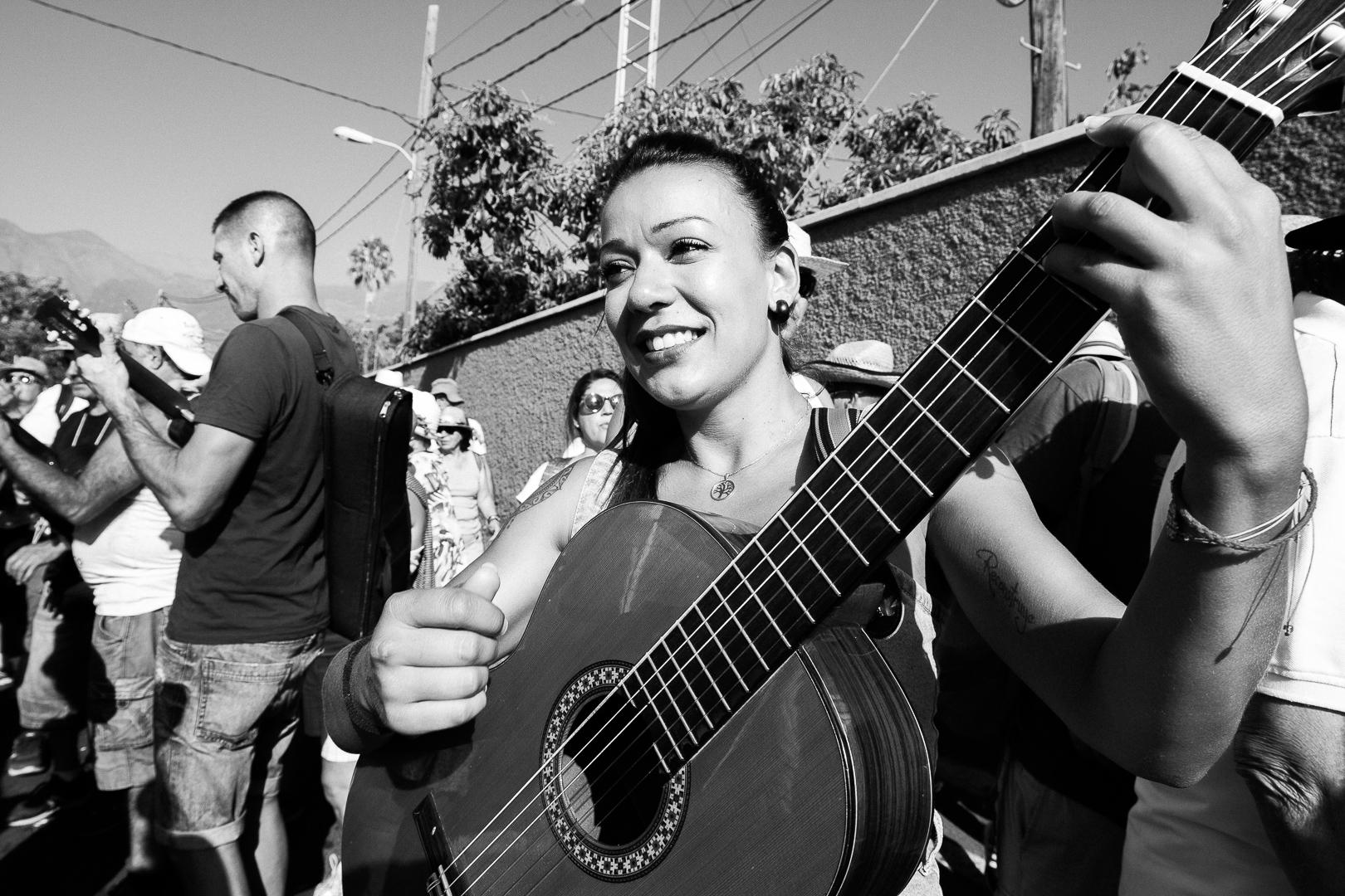 Romeria, Guimar - Socorro; Playing the guitar
