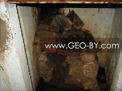 Внутри ДОТ-а №92. Печка сложенная из кирпичей