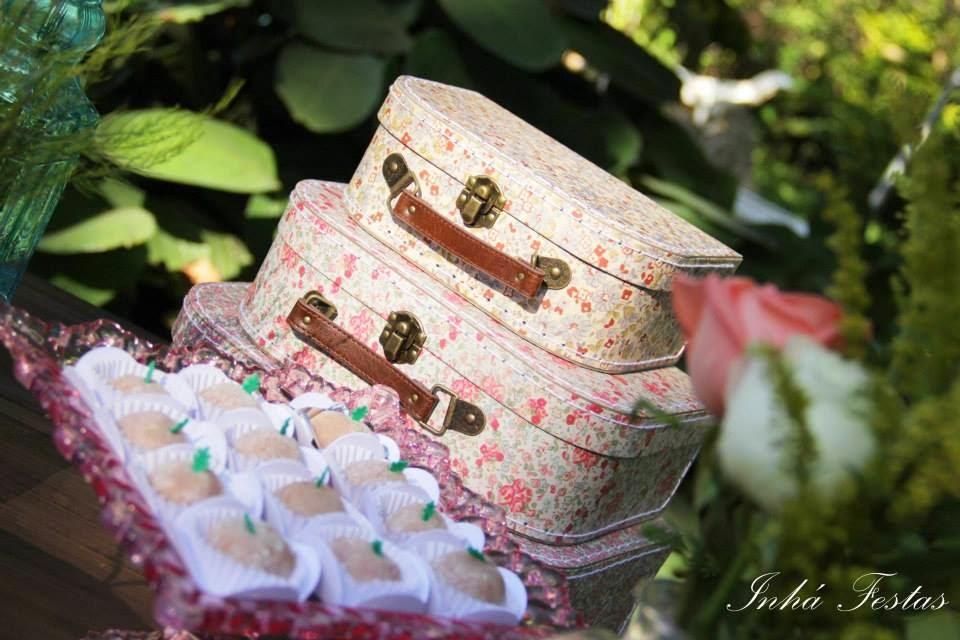 esta-decoracao-romantica-mesa-bolo-mala-antiga