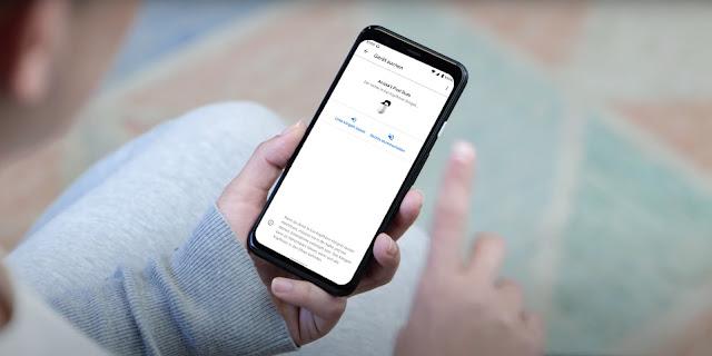 Smartphone in der Hand eines Menschen, das die Einstellungen von Pixel Buds anzeigt