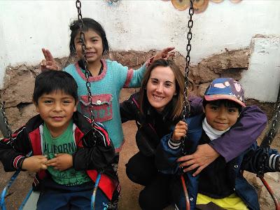 Una voluntaria con niños y niñas en el centro educativo de Perú