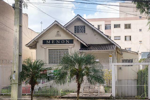 Uma casa com capelinha na Rua Fernando Amaro
