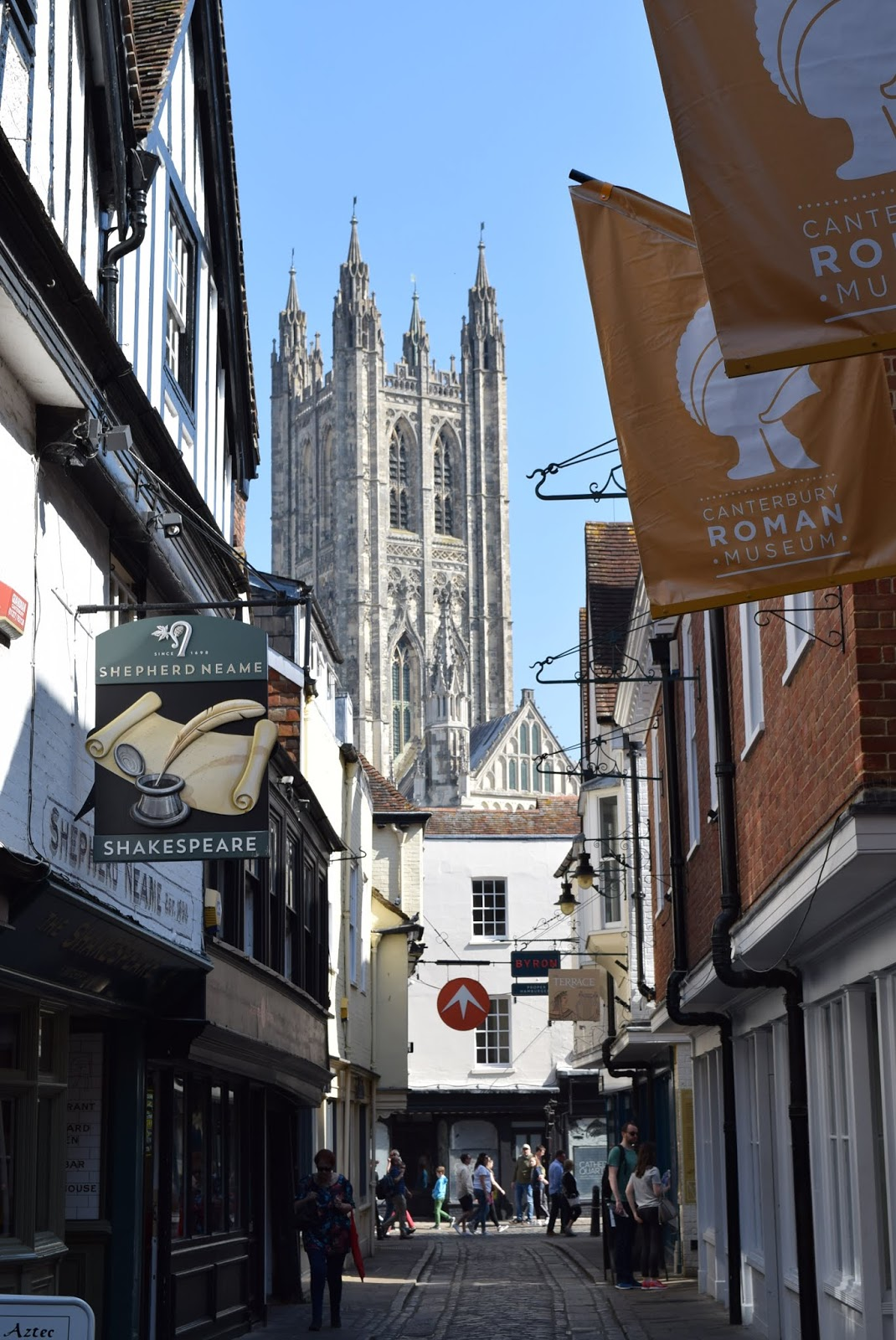 side street in canterbury with view on canterbury cathedral