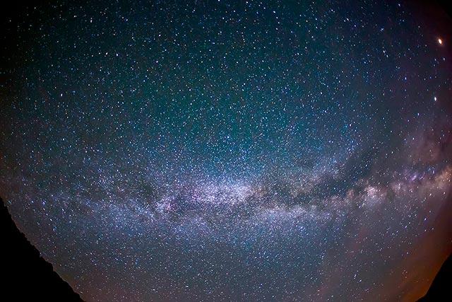 Gökçeada'da akşamları sırtınızı toprağa yaslayın ve gökyüzünü seyredin.