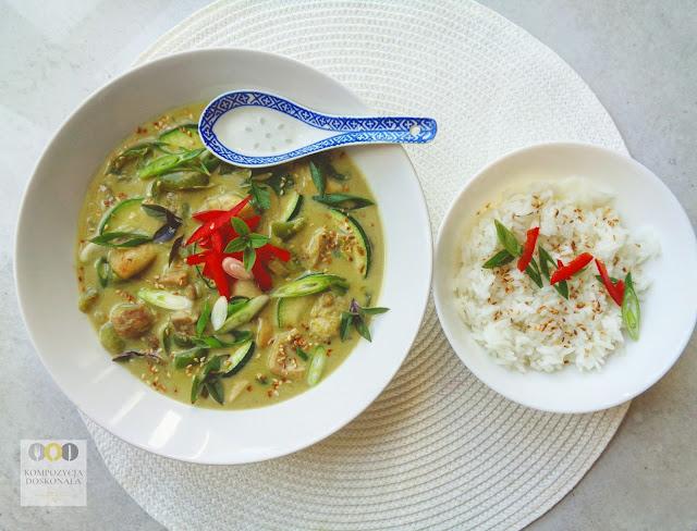 sposób podania curry z kurczakiem i ryżem