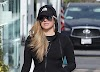 Avril Lavigne sale con ropa deportiva negra para ir de compras a Malibú