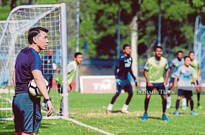 HLV Tan Cheng Hoe trong buổi tập gần đầy cùng đội tuyển Malaysia