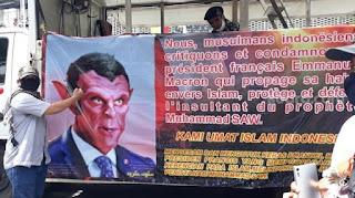 Muncul Spanduk Presiden Macron 'Iblis' di Aksi Bela Nabi 211