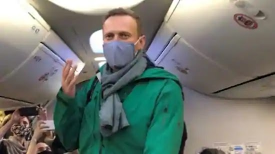 Alexey Navalny in manette appena atterrato a Mosca