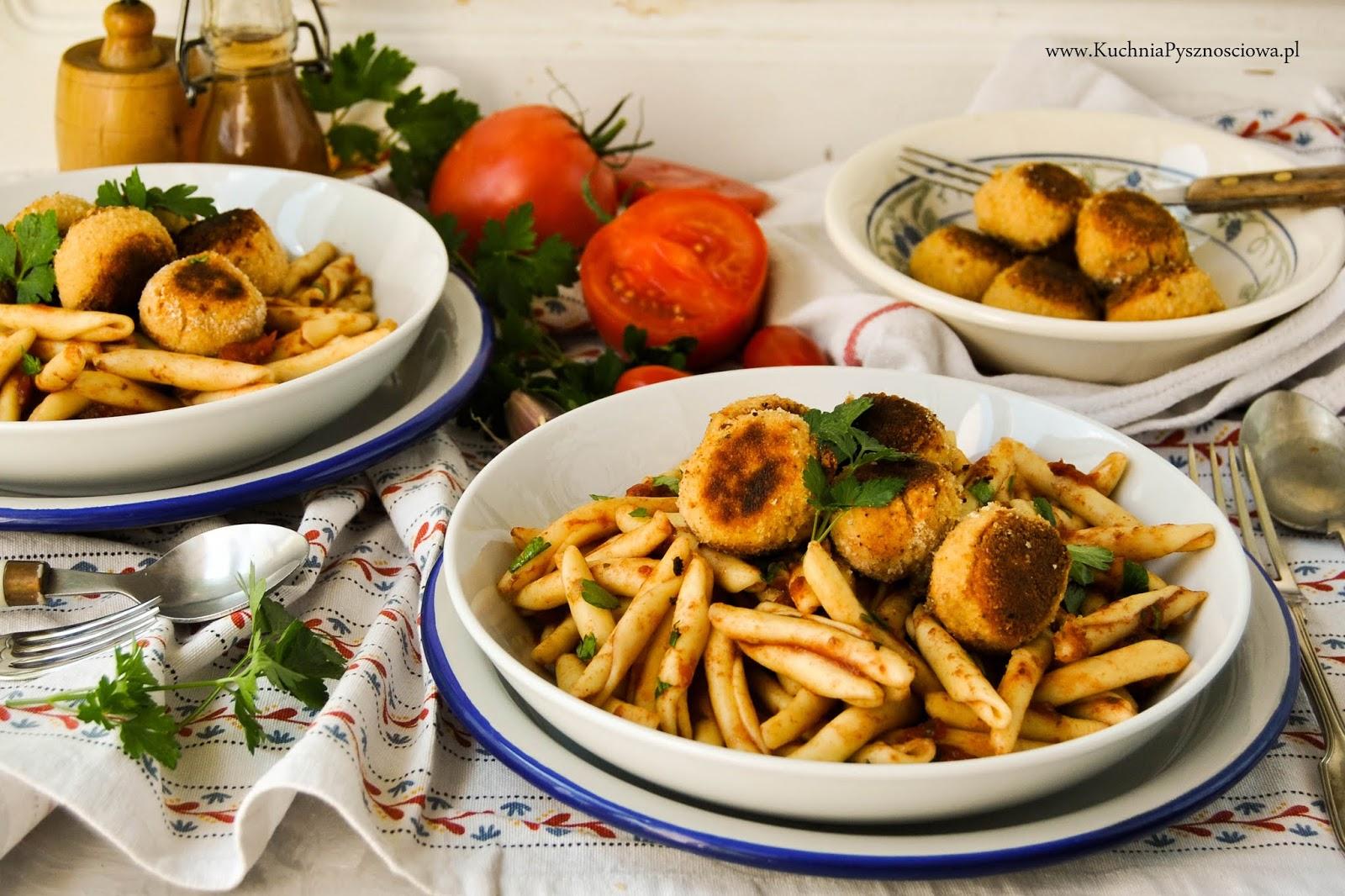 707. Wegetariański makaron z sosem pomidorowym i klopsikami z tofu