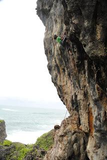 Pantai Siung, Spot Panjat Tebing Favorit bagi Para Rock Climber.