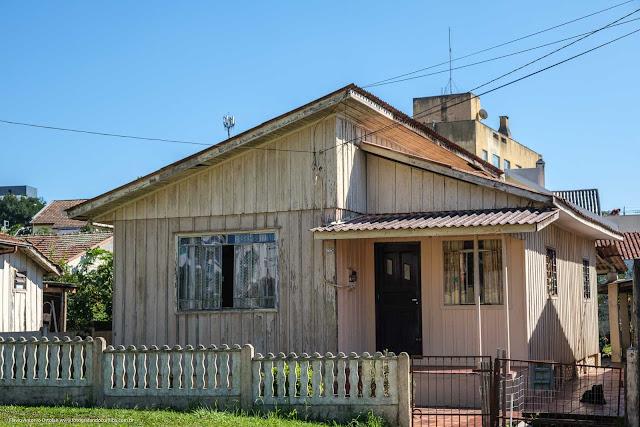 Casa de madeira na Rua Eduardo Geronasso