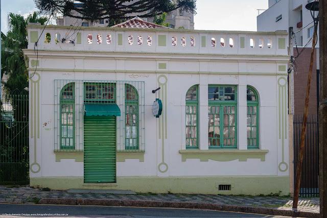 Fachada de ma casa na Ângelo Sampaio, Curitiba