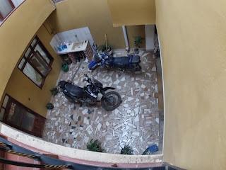 Motos guardadas na garagem do hotel em Comarapa / Bolívia.