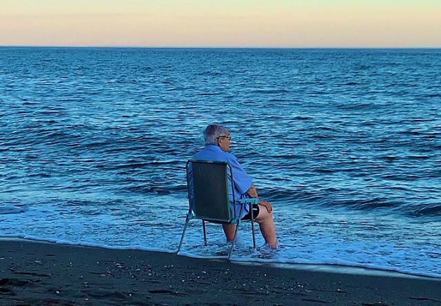 Foto de abuelito sentado frente al mar se viraliza