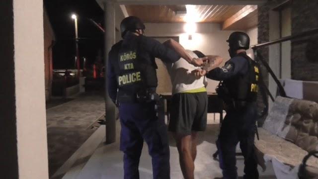 Álbajusszal, parókában rabolt ki egy dinnyefelvásárló céget két férfi - videó
