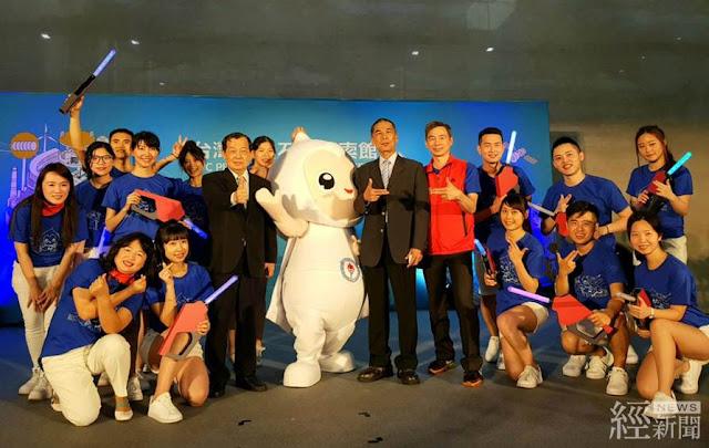台灣中油石油探索館開幕活動,吉祥物「歐力」(中)和員工熱舞登場。