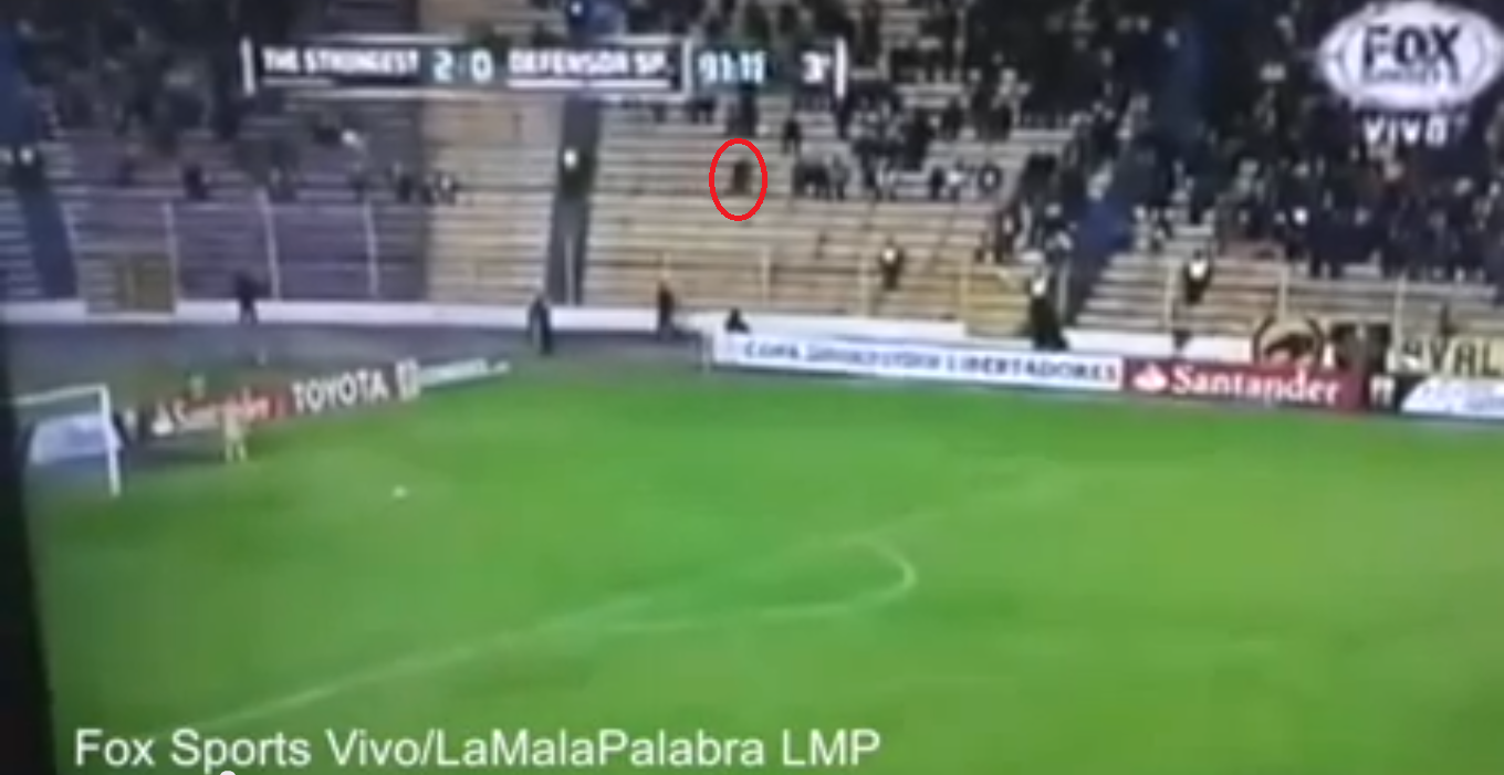 Novo Viral - Fantasma aparece correndo rapidamente na arquibancada em uma partida de futebol na Bolívia - ORIGINAL VIDEO: 'GHOST' filmed RUNNING through Fans during Bolivian Football Match