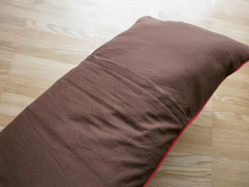 edeltraud mit punkten kissen zum mitnehmen. Black Bedroom Furniture Sets. Home Design Ideas