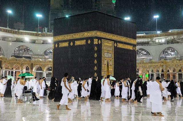 سقوط أمطار مهولة علي المعتمرين أثناء أداء العمرة بالحرمين الشريفين