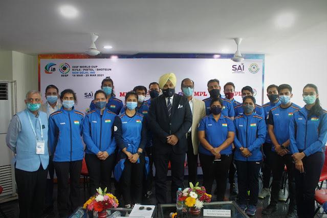 Seleção indiana de tiro esportivo posando para foto com o vice-presidente da NRAI
