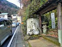 境内前の石像と歩道幅の狭い道