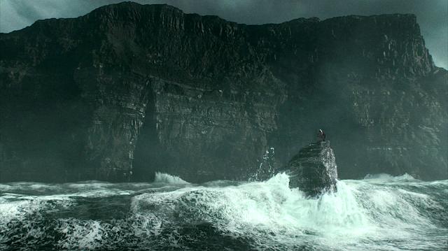 Хари и Дъмбълдор в пещерата на Волдемор в Хари Потър и нечистокръвния принц