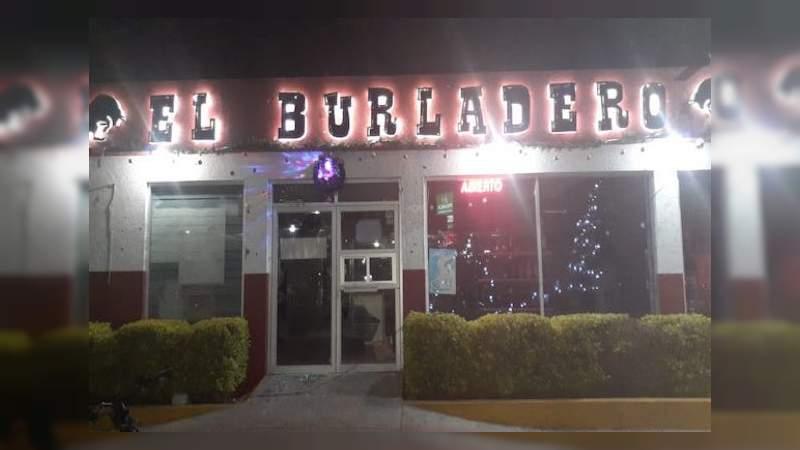 """Sicarios ejecutan a seis sujetos a las afueras del bar """"El Burladero"""", en Uriangato, Guanajuato; 5 más quedan heridos"""