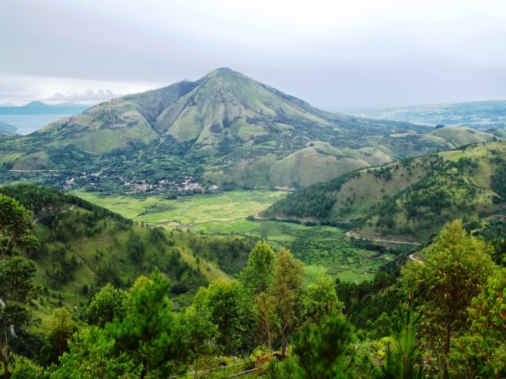Foto Danau Toba Dari Menara Pandang Tele Samosir