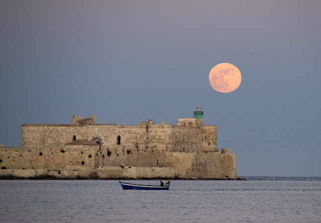 Luna piena al tramonto - Castello Maniace, Siracusa ©ValeriaDeRiso