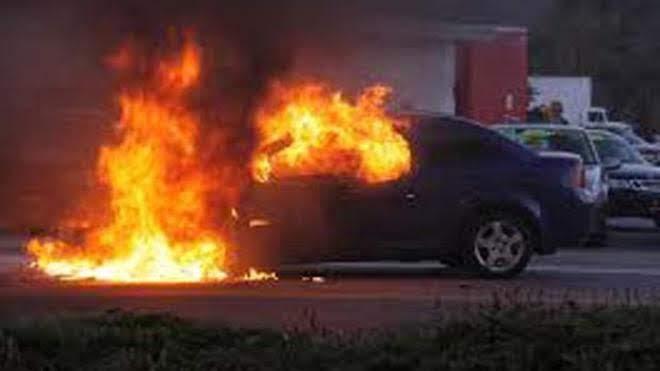 Στις φλόγες τυλίχτηκε εν κινήσει ΙΧ στη Λάρισα