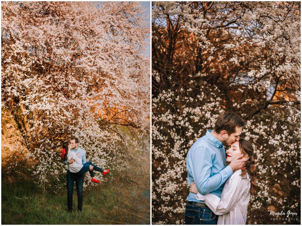 sesja zakochanych, wiosenna sesja zdjeciowa, zdjecia w bialych kwiatach, sesja narzeczenska, fotograf slubny lodzkie, fotograf opoczno, magda gmur fotografia,
