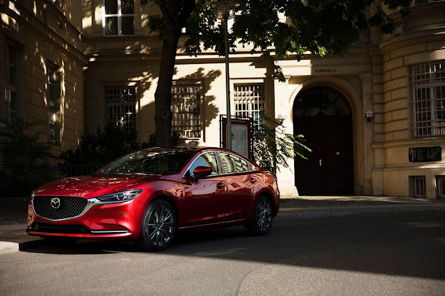 Front 3/4 view of 2018 Mazda 6 Signature