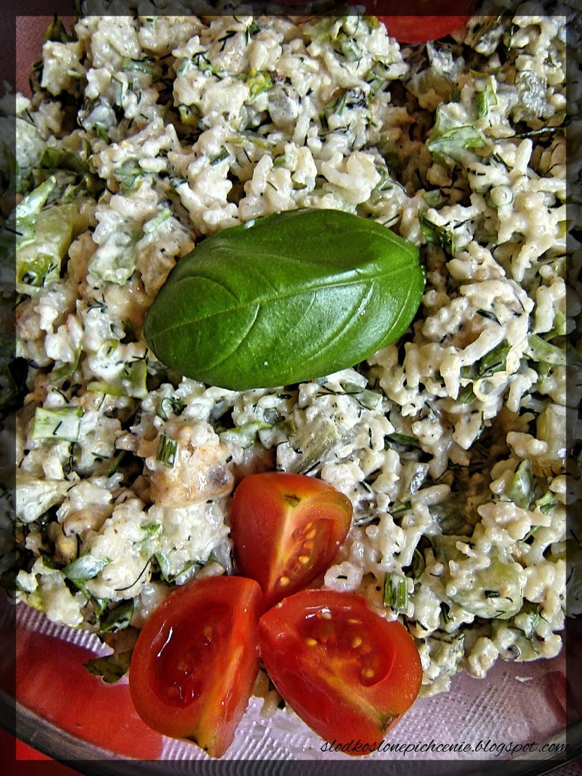 Sałatka ryżowa z kurczakiem i ogórkiem