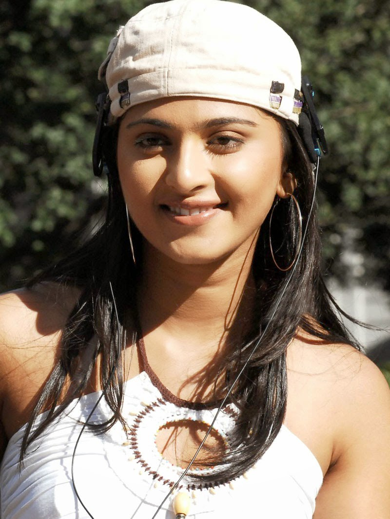 Jyothi 3d Wallpapers Anushka Shetty Cute And Beautiful Face Expression